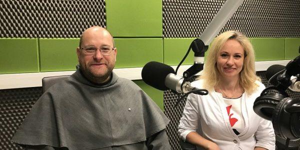Renata Bogdanowicz i o. Piotr Stroceń dla Radia Wilno o 15. parafialno-gminnych dożynkach w Miednikach
